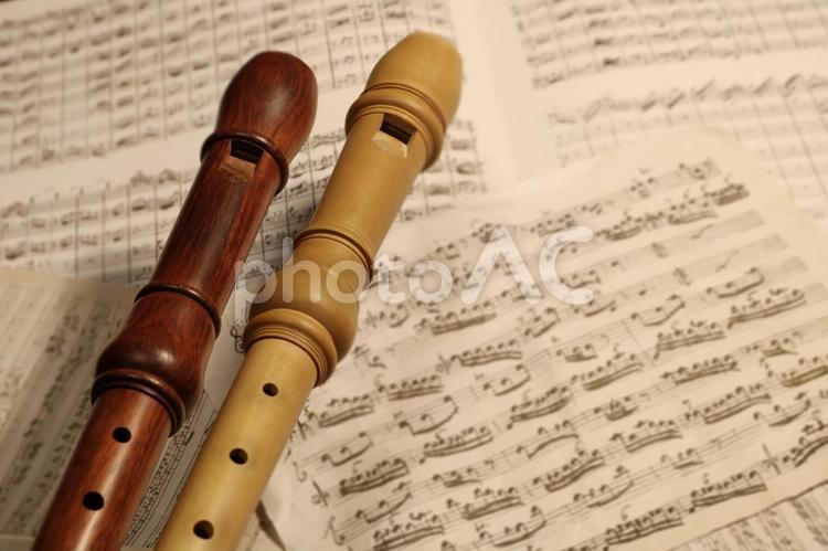 2本のアルトリコーダーとバロック時代の楽譜の写真