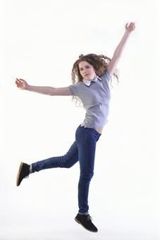 점프하는 외국인 여성