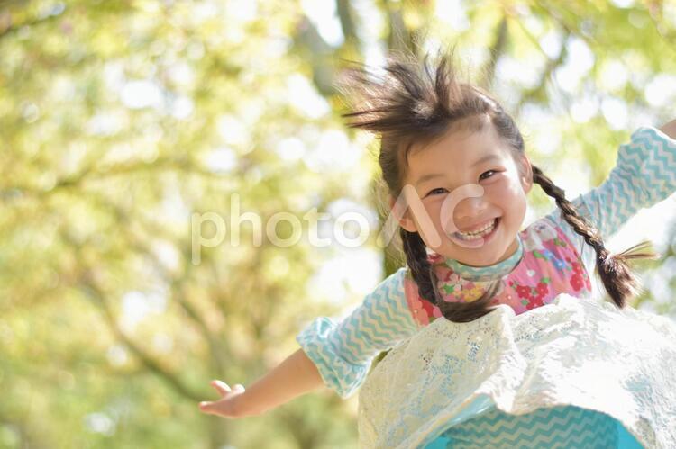 ジャンプする子供の写真