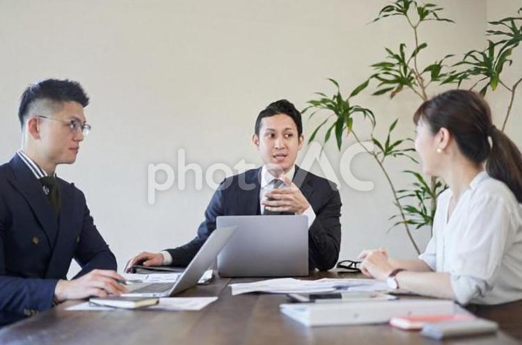 多国籍で会議をするビジネスパーソンの写真