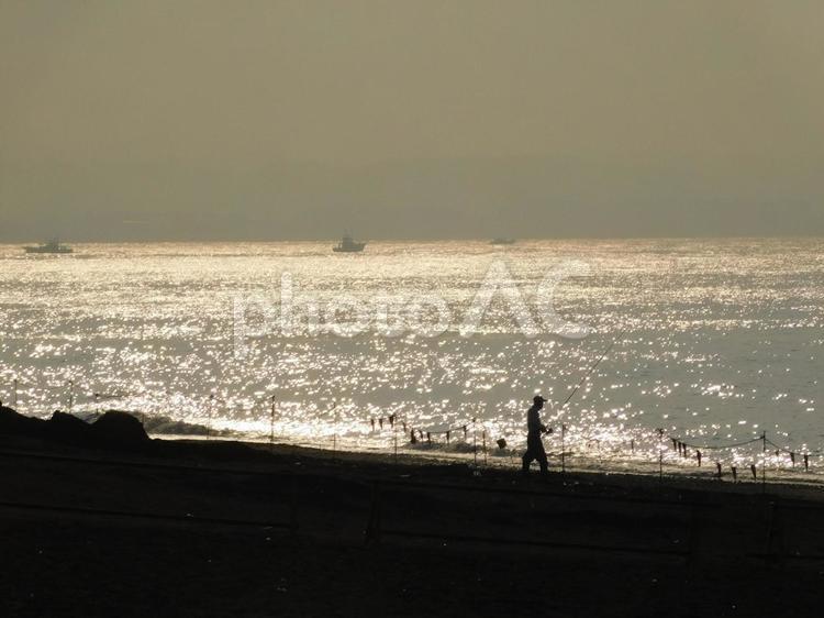 輝く海辺での釣りの写真