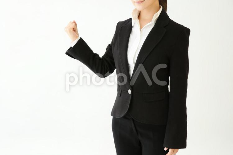 ガッツポーズする女性の写真