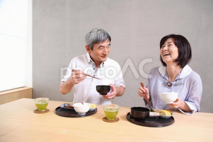 食事をする老夫婦6の写真