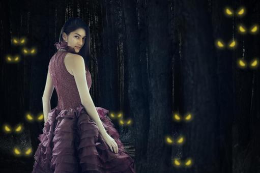 되돌아 드레스 여성을 뒤에서보고있는 무수한 빛나는 눈