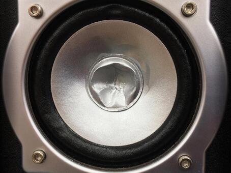 凹陷的揚聲器