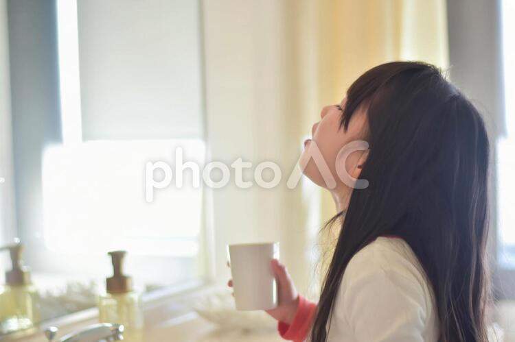 うがいをする子供の写真