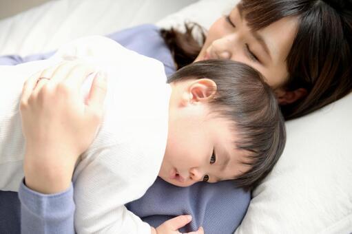 昼寝をする親子