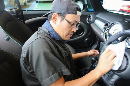 차를 청소하는 남자