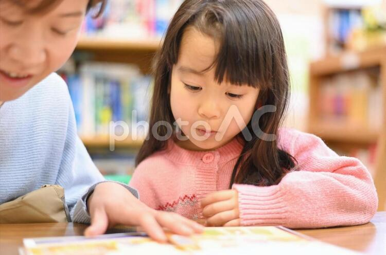 図書館で本を読む母と娘5の写真