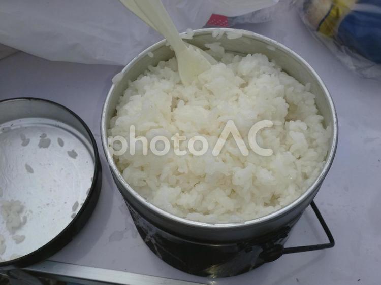 飯盒で炊いたご飯の写真