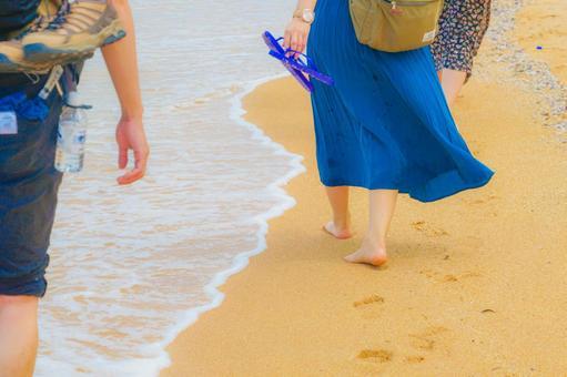 모래 사장을 걷는 여성의 다리