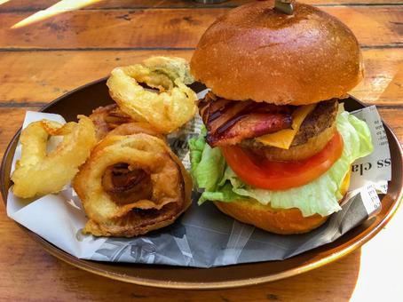 두껍게 썬 훈제 베이컨이 맛있는 햄버거