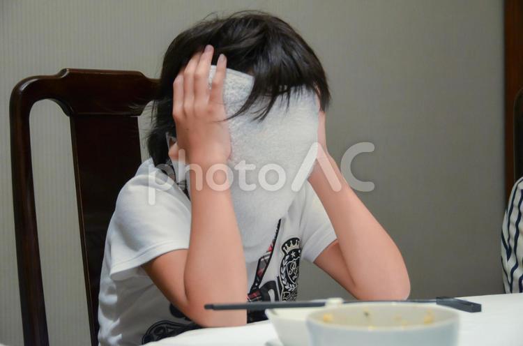 顔を隠す少女の写真