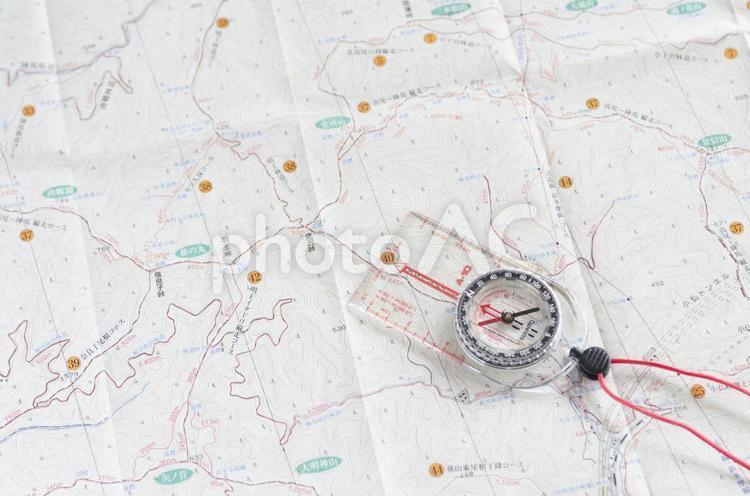 地図とコンパスの写真