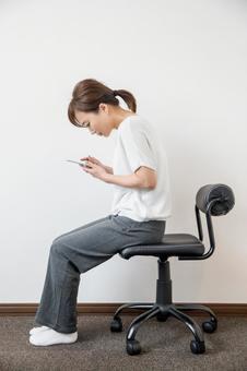 一個女人與智能手機彎腰