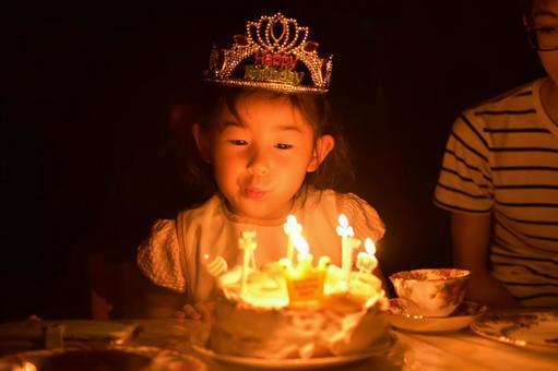生日蛋糕和女孩