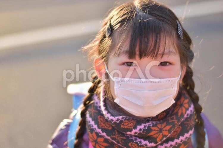 マスクをする小学生の写真