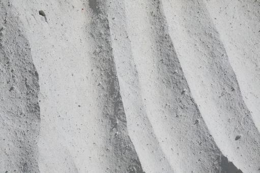 白色岩石表面與垂直線的特寫