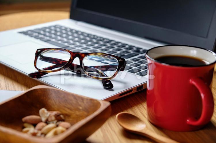 ノートパソコンと眼鏡の写真