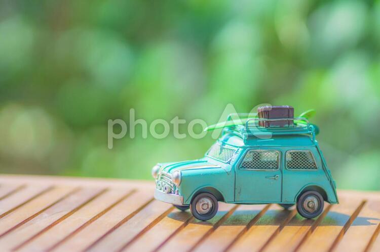 緑背景とミニチュアの車の写真