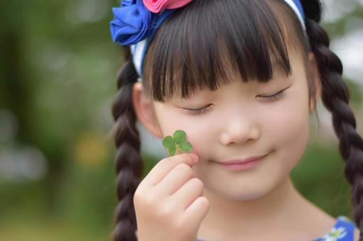 네 잎 클로버와 아이