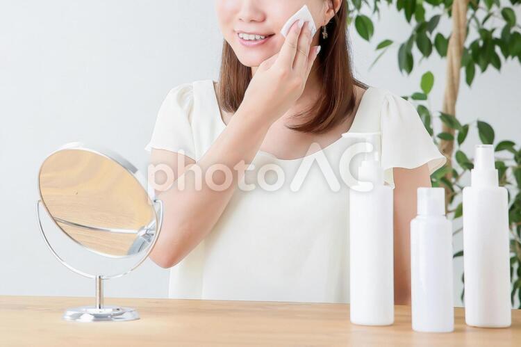 コットンでスキンケアする女性の写真