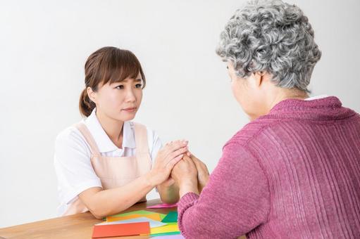 노인 여성과 간병인