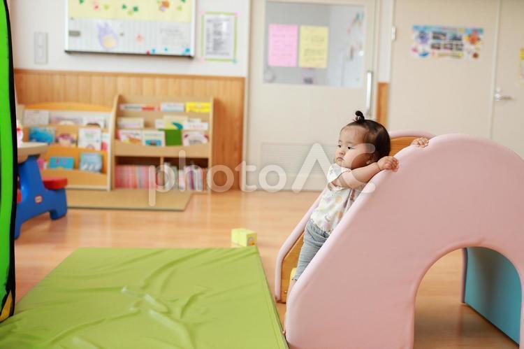 保育園で遊ぶ赤ちゃん26の写真