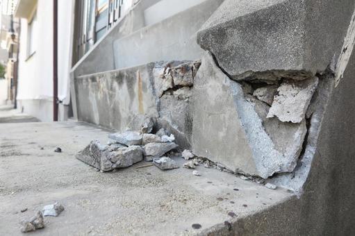 지진 피해 계단 잔해