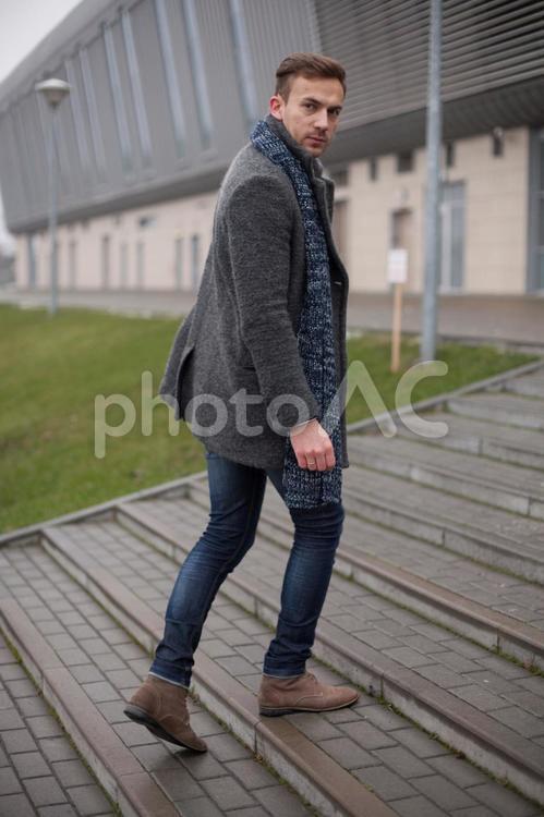 振り向く男性モデル1の写真