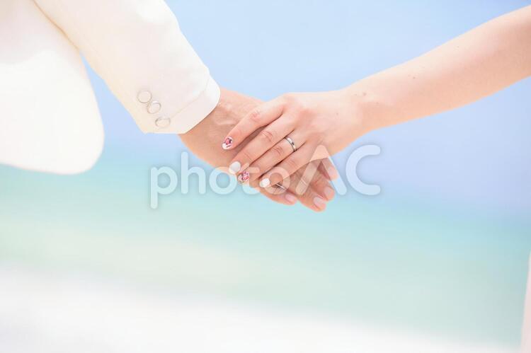 手をつなぐ2人の写真