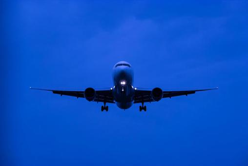 Passenger plane approaching Itami Airport 32L at night