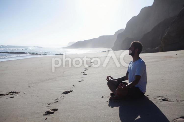 浜辺に座る外国人男性9の写真