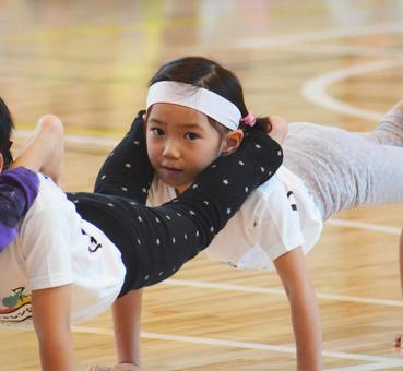 A girl who plays gymnastics by making a whistle (sports festival)