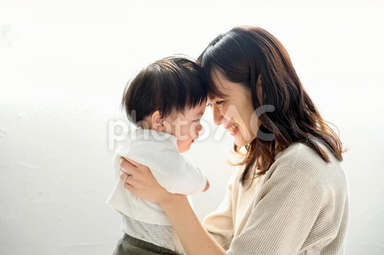向かい合う親子の写真
