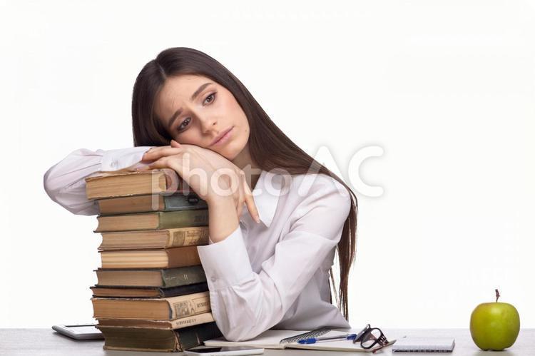 本にもたれる女性3の写真