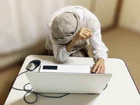 노트북 앞에서 고민하는 노인 여성