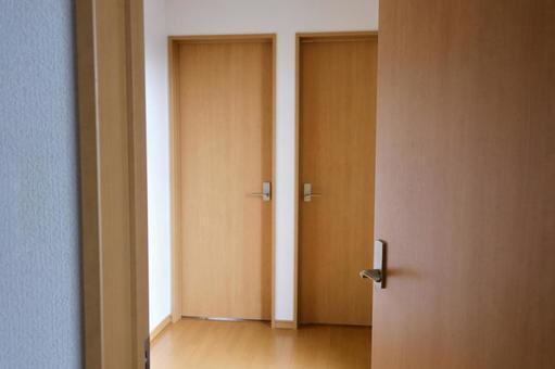 어두운 방에서 나오는 열린 문 앞에는 두 개의 문 영원히 계속 선택 이미지 소재