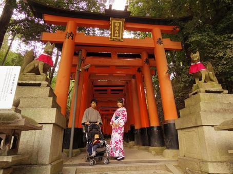 和服在Fushimi-Inari Taisha的家庭