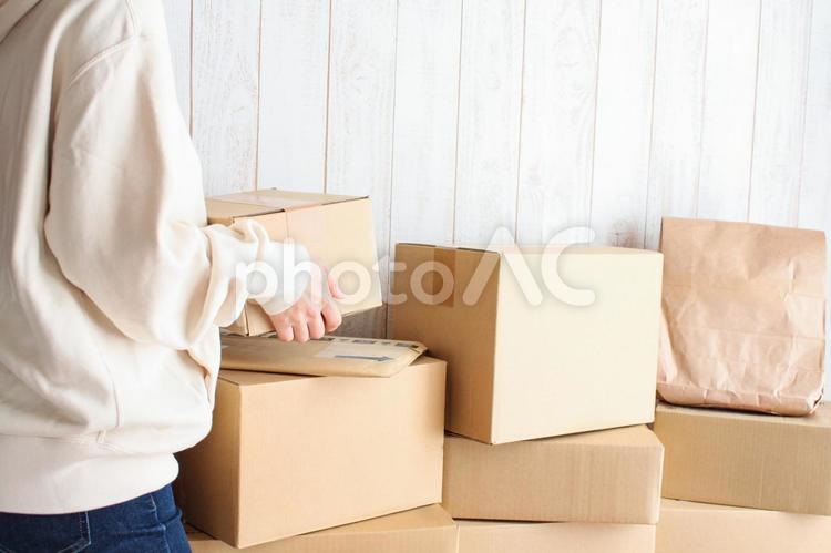 山積みの荷物と女性の写真