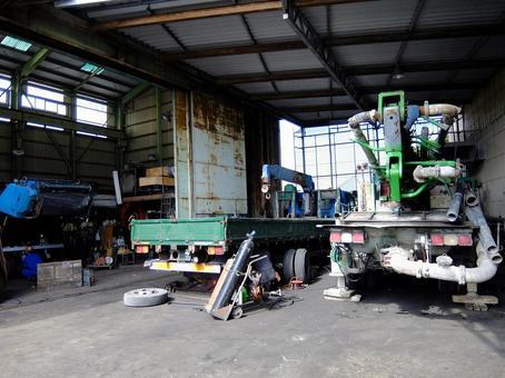 공장에서 정비중인 대형차
