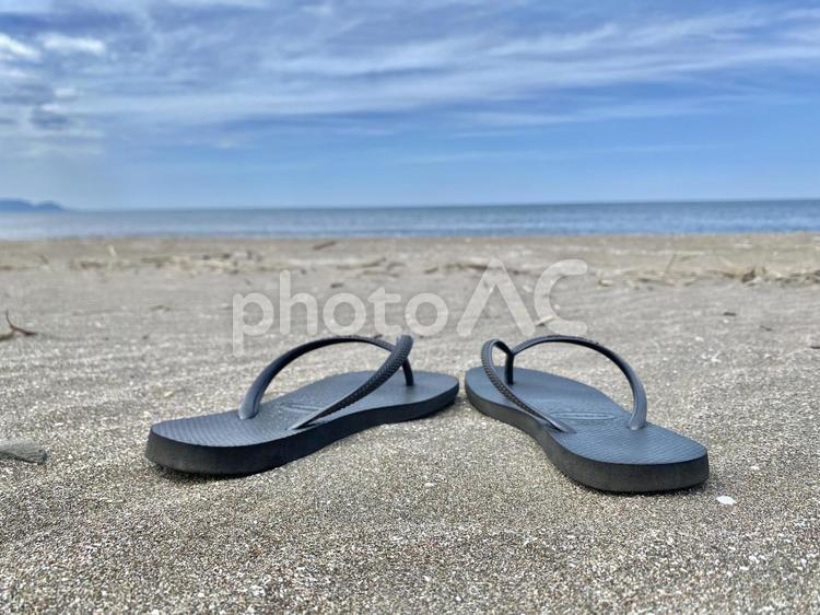 砂浜とビーチサンダルの写真