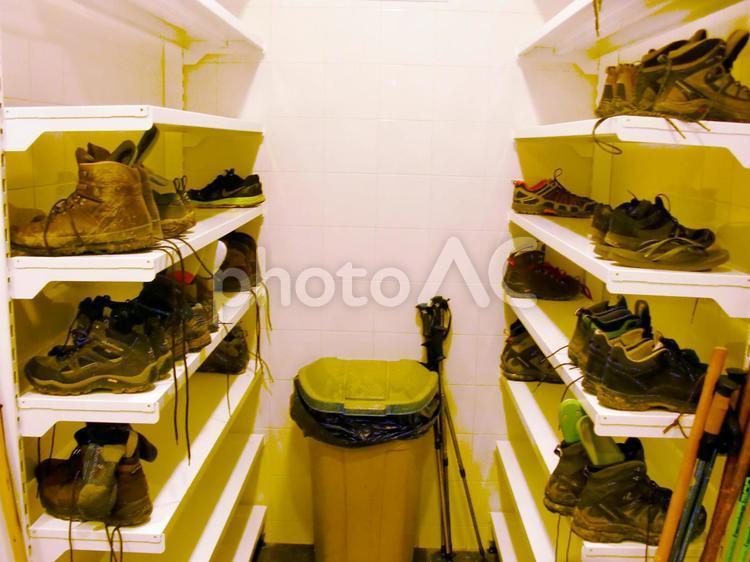 ゲストハウス 汚れた 靴 置き場 下駄箱の写真