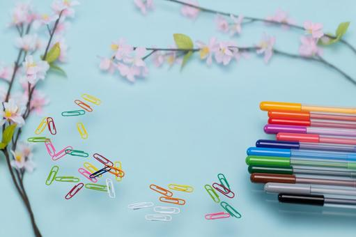 벚꽃과 컬러 펜 및 컬러 클립