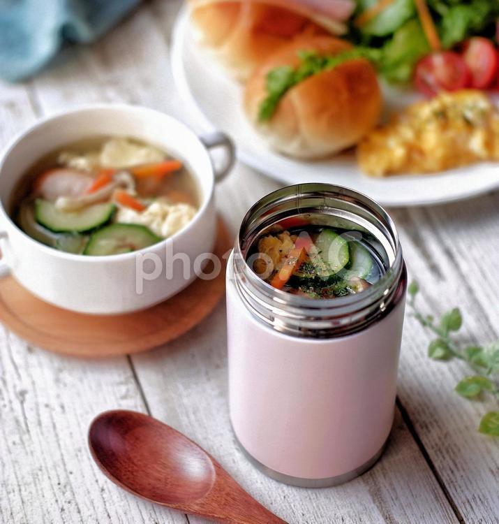 健康意識したお昼用の野菜たっぷりスープの写真