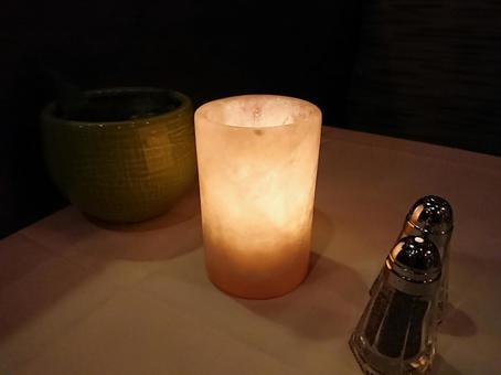 저녁 식탁에서 흔들리는 촛불의 불빛 01