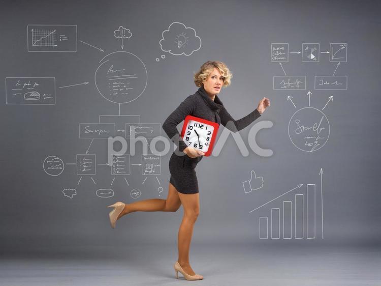 四角い時計を抱えた金髪外国人女性5の写真