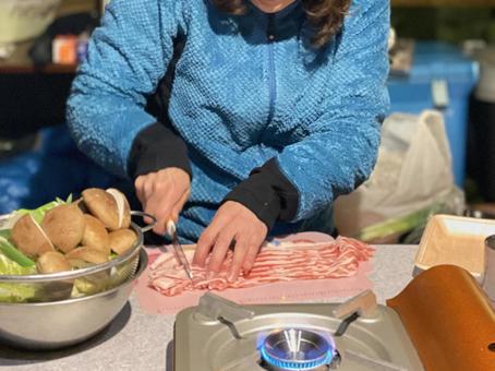 텐트에서 고기를 자르는 여자의 손