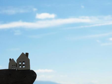 집 소품 2 개와 절벽과 푸른 하늘과 구름
