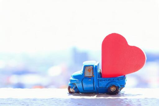 Car carrying a red heart Full of happiness Image material